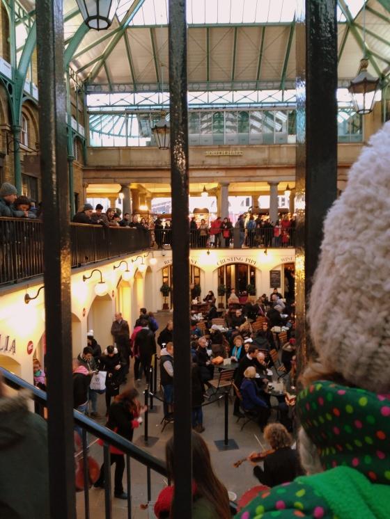 Escuchando a un grupo de músicos en Covent Garden